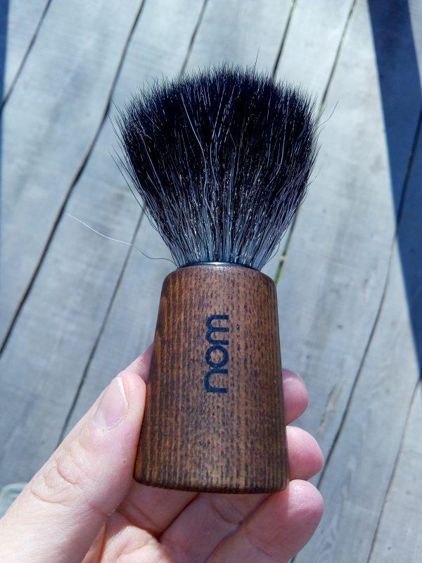 blaireau végane avec son manche en bois. les poils sont en fibre synthétique. blaireau vegan.